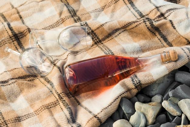 外の布の上の高いビューの赤ワインとグラス