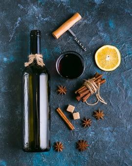 Вид сверху вкусного красного вина и лимона