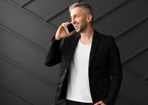 電話で話しているカジュアルな男