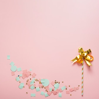 リボンとわらから抽象的な花のアレンジメント
