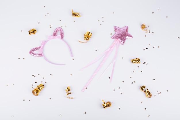 Симпатичные розовые аксессуары и золотые ленты