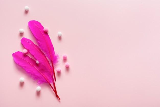 ピンクの羽と綿球の配置