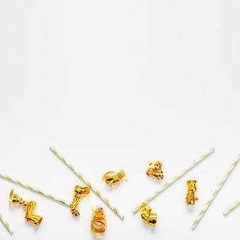 ストローとコピースペースの背景を持つ黄金のリボン