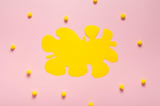 コットンボールと空の黄色のカード