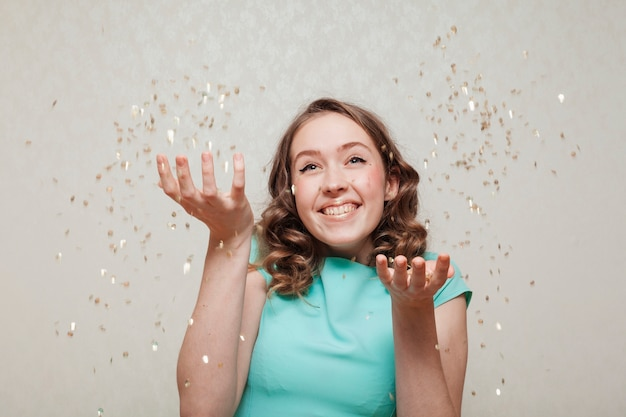 本当に幸せな女性と紙吹雪の雨