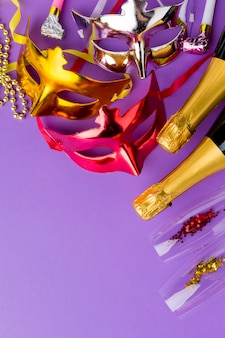 シャンパンボトルとカラフルなカーニバルマスク