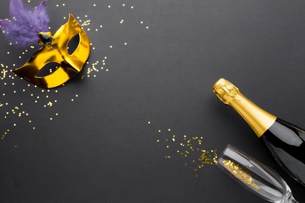 シャンパン付きのエレガントなカーニバルマスク