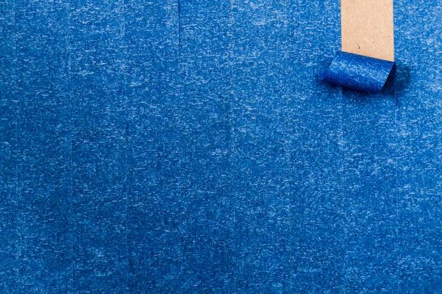 ロールアップライン付きの青い粘着壁紙