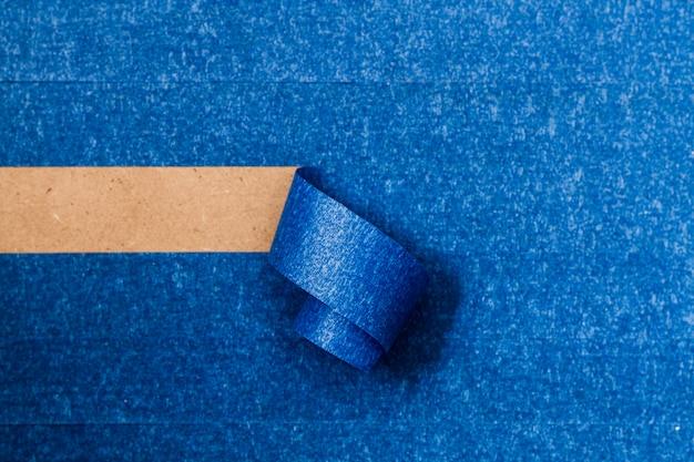 水平ロールアップライン付きの青い接着壁紙