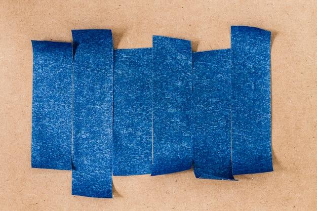 不平等な垂直接着剤の青い壁紙