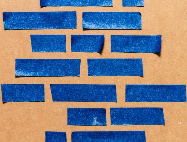 接着剤の青い壁紙のさまざまなサイズのライン