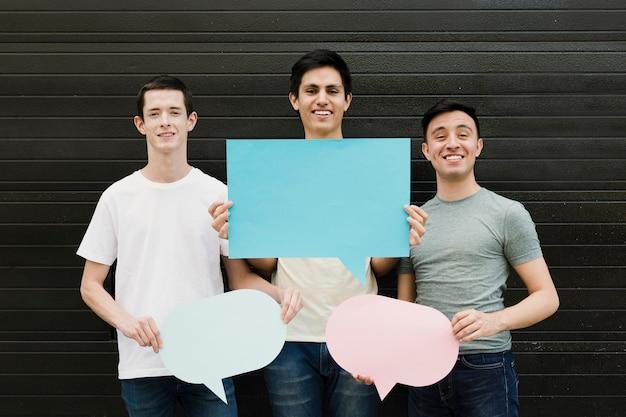 スピーチの泡を保持している友人のグループ
