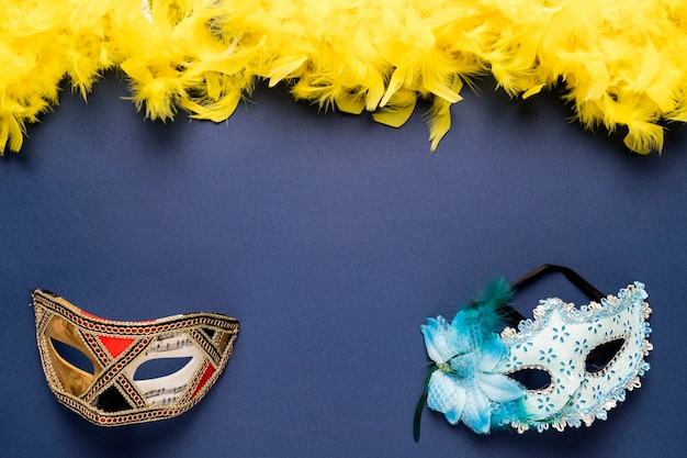 黄色の羽毛製の襟巻とカーニバルマスク