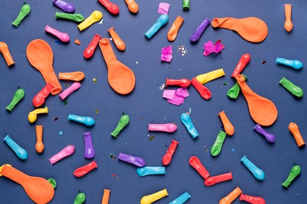 Разноцветные воздушные шары с красочными конфетти на синем фоне