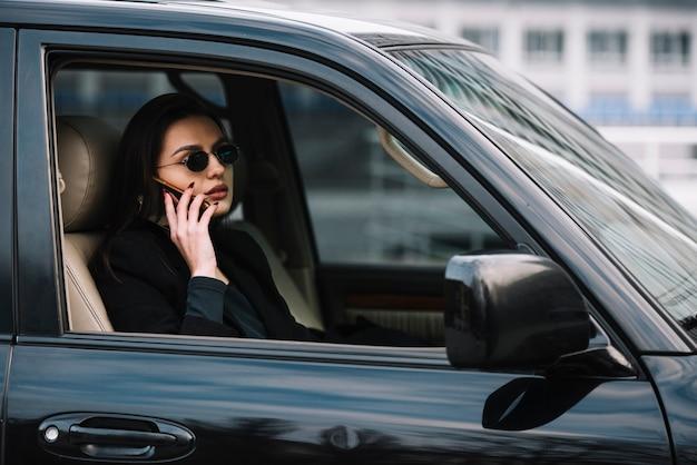 セキュリティによって監視されている女性が付いている車