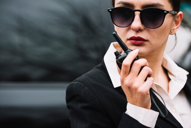 働くセキュリティ女性のクローズアップ