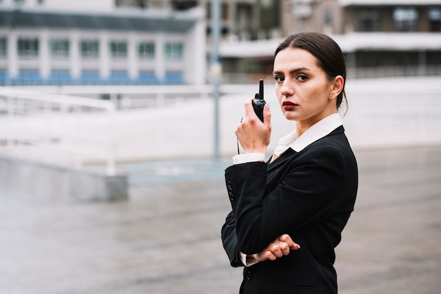 装備の高角度セキュリティ女性