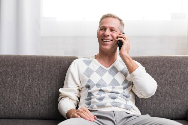 Вид спереди человека разговаривает по телефону