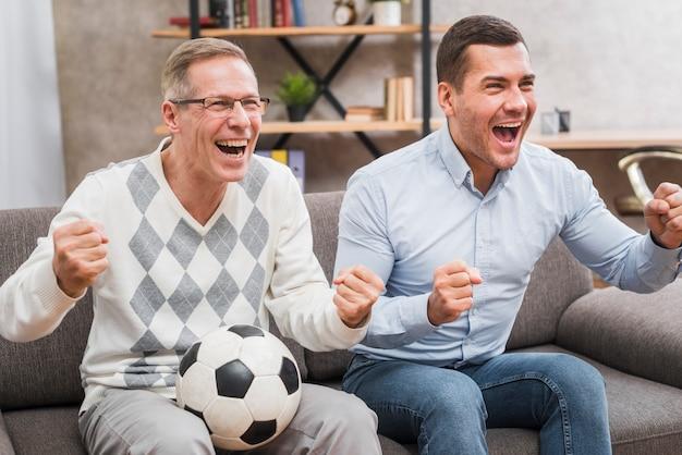 父と息子の応援の正面図