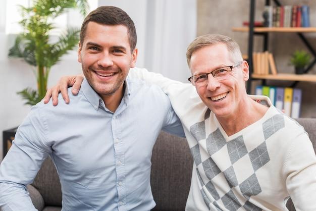 笑顔の父と息子の正面図