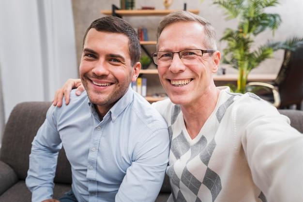 父と息子との自分撮り写真