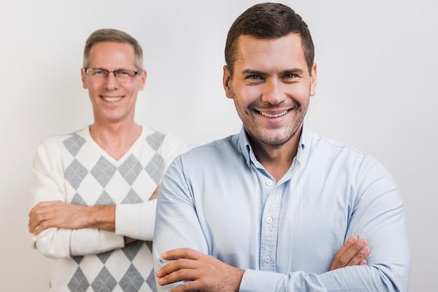 息子と父親の後ろの正面図