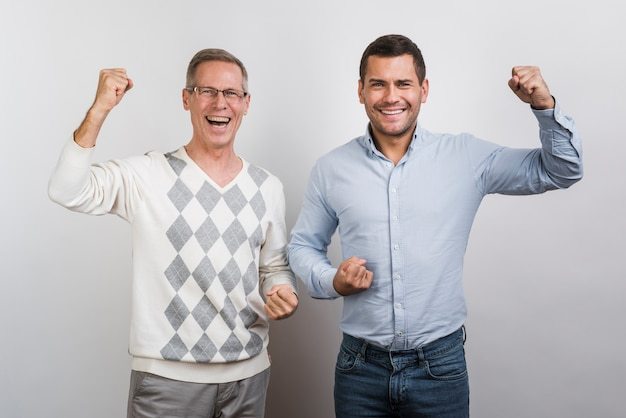 Средний снимок улыбающегося отца и сына