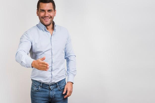 Средний снимок улыбающегося человека с копией пространства