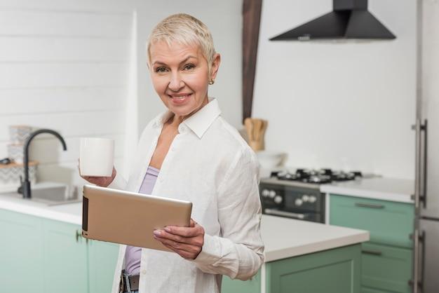タブレットを保持している年配の女性