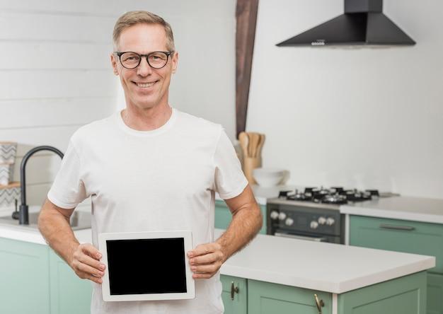 Смайлик старший мужчина держит пустой планшет