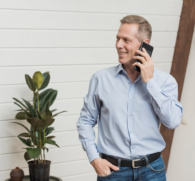 電話で話している正面中年の男性