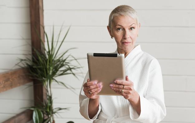 年配の女性が現代生活を送る