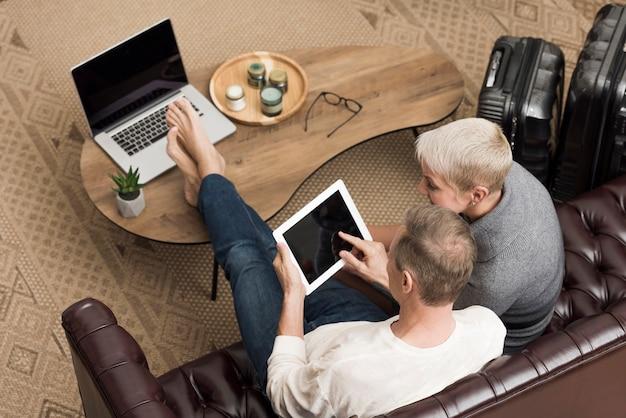 Высокий угол пожилые супружеские пары, глядя на планшет