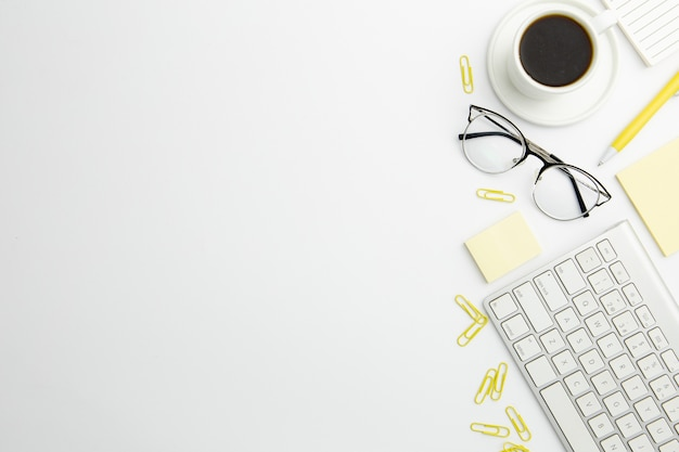 コピースペースとコーヒーを机の上のフラットレイアウト静止配置
