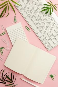 フラット横たわっていた働く女性ピンクのデスク