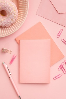 Вид сверху розовая композиция на рабочем месте