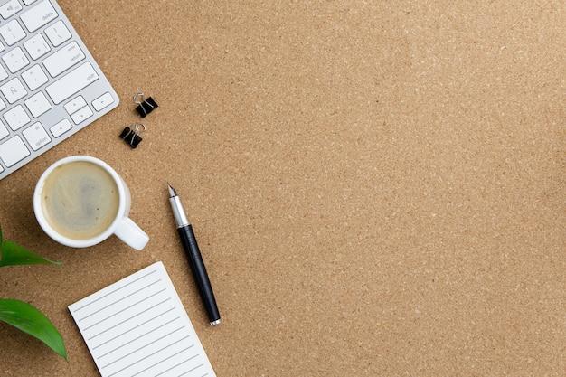 Современная организация рабочего места на коричневом фоне