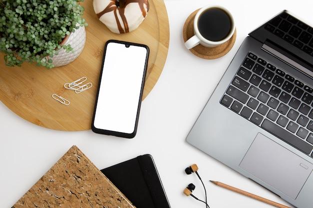 電話とラップトップの現代の職場配置