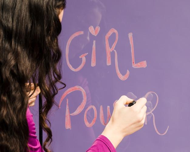 Женщина пишет слова