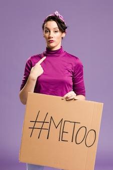 「私も」レタリングと段ボールを保持している女性