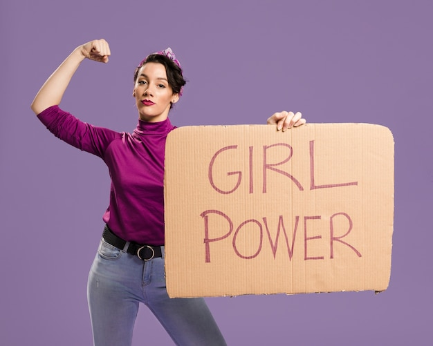 Девушка сила надписи на картоне и женщина