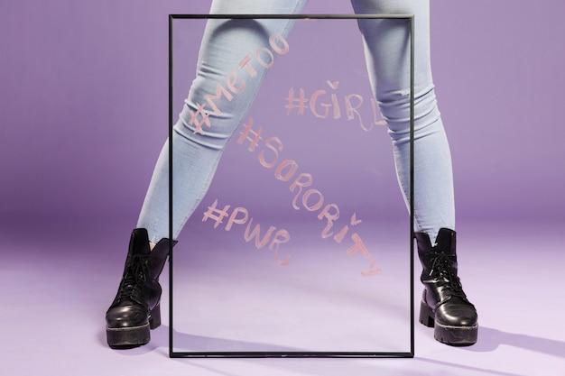 Минималистское прозрачное стекло с сообщениями о равенстве полов