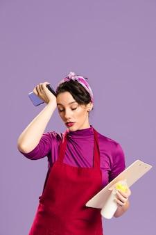 Утомленная женщина с домашними и рабочими обязанностями