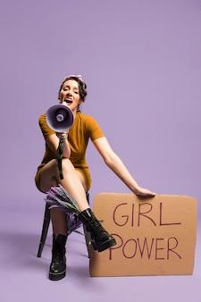「少女力」段ボール男女平等と叫びを保持している女性