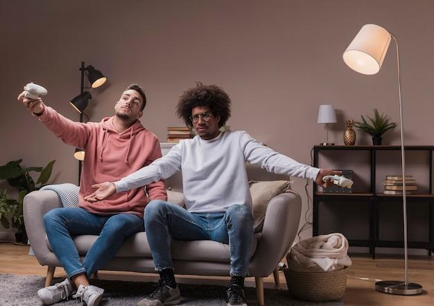 自宅で男性の友人がゲームをプレイ