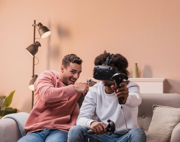 仮想ヘッドセットで遊ぶ男性
