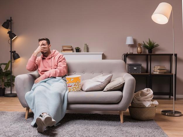 Мужчина дома боится кино