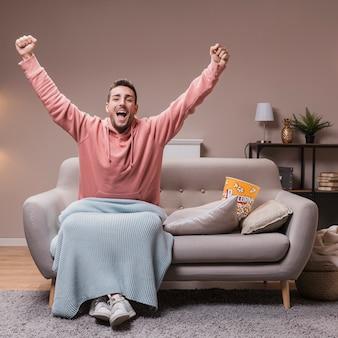 自宅のソファで幸せな男