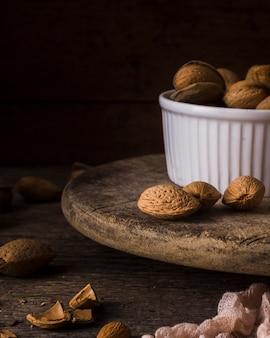 Органические грецкие орехи в миску на столе