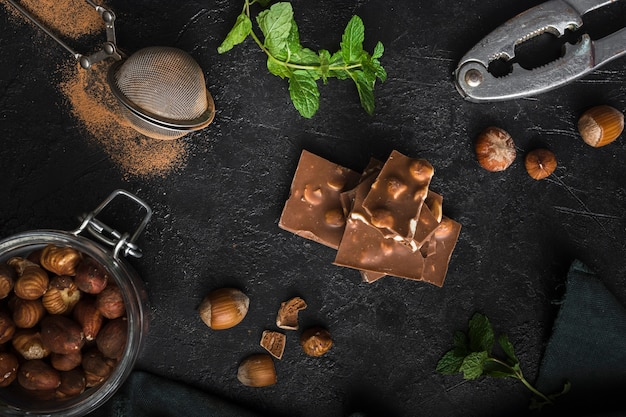 Вид сверху вкусного шоколада с фундуком